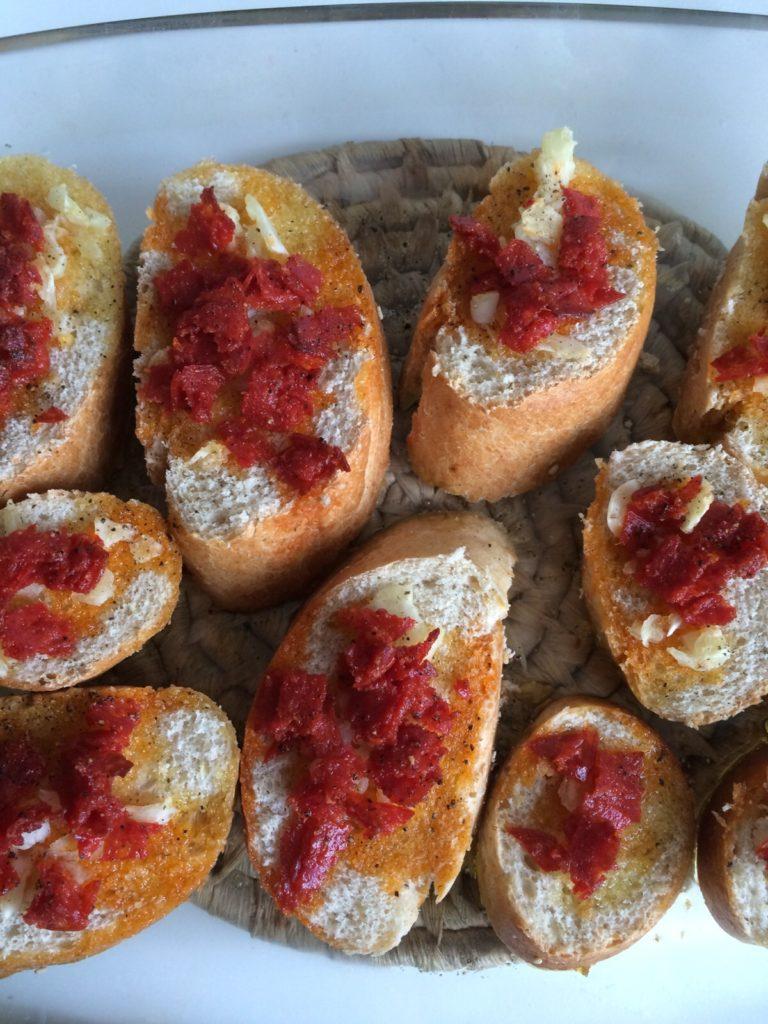 bruchetta met olijfolie, knoflook en chorizo